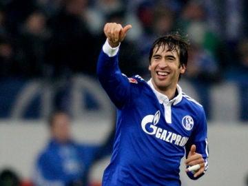Raúl festeja uno de sus tantos con el Schalke