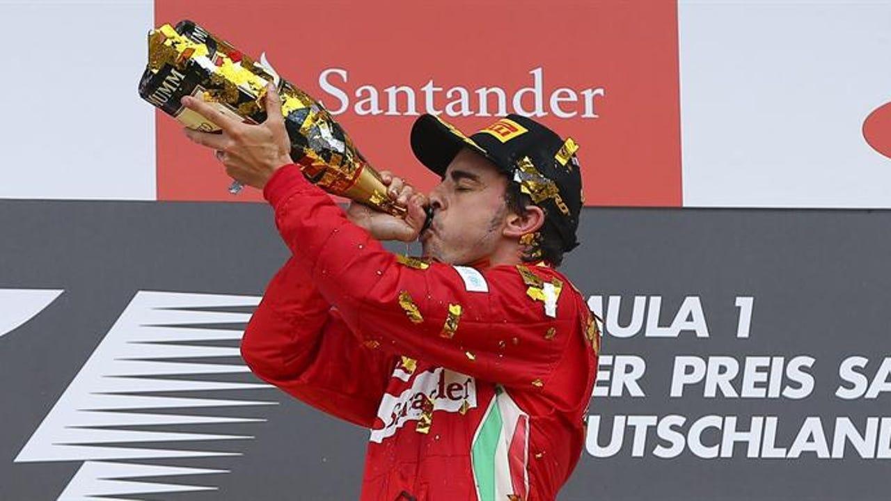 Fernando Alonso celebrando en el podio su victoria en el Gran Premio de Alemania de F1