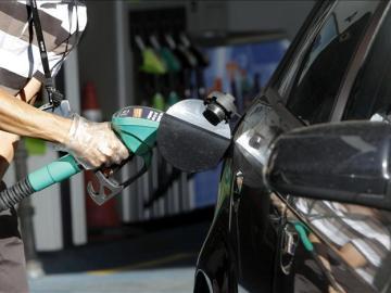 Un conductor reposta en una gasolinera de Madrid
