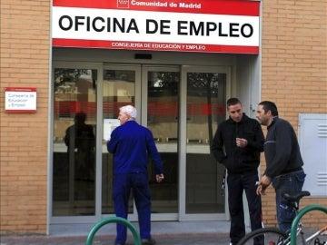 Un grupo de personas acceden a una oficina del Inem.