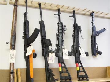 Rifles de asalto semiautomáticos en una armería de Tucker