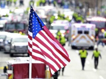 Una bandera de EEUU preside el maratón