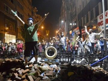 La Policía turca dispersa con gases lacrimógenos a los manifestantes para evitar nuevas concentraciones