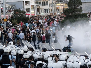 Las fuerzas antidisturbios desalojó en Estambul, con blindados y cañones de agua