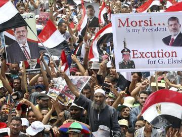 Decenas de simpatizantes del depuesto presidente egipcio Mohamed Mursi demandan la restitución del expresidente