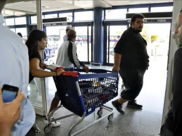Miembros del SAT con productos de un supermercado