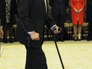El rey Juan Carlos reaparece con muletas