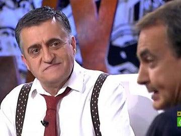 Wyoming observa a Zapatero en un momento de la entrevista al expresidente