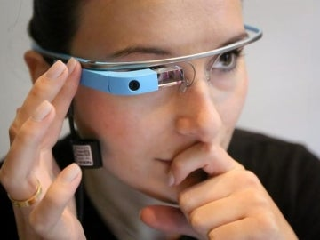 Una mujer usando las Gafas de Google.
