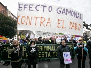 Manifestantes protestan contra los recortes en Valladolid.