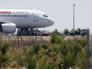 Avión de Iberia Express en la pista de un aeropuerto