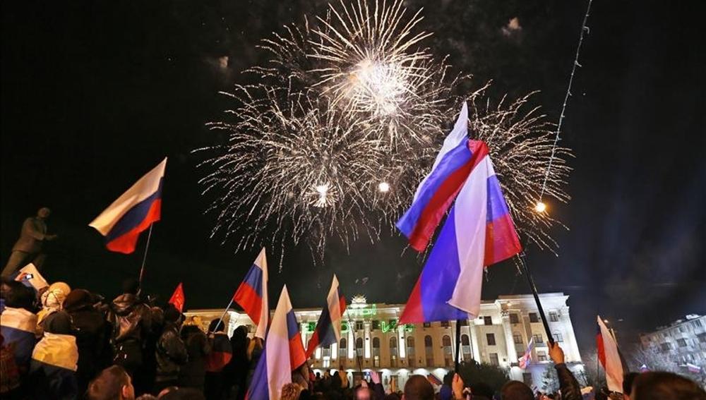 Mas de 20.000 personas festejan la victoria de la reunificación con Rusia