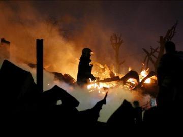 Un bombero rodeado de llamas en el incendio de Valparaíso