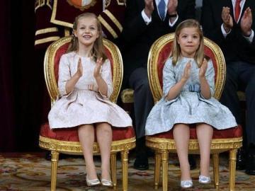 Leonor y Sofía aplauden