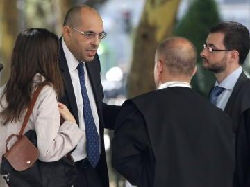 El juez Elpidio José Silva conversa con su abogado en las inmediaciones del TSJM