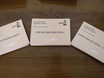 Papeletas con los tres candidatos a la secretaría general