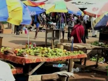 Un enfermo de Ébola en un mercado