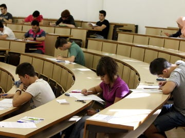 Universitarios durante una clase