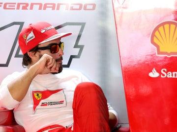 Fernando Alonso en el box de Ferrari