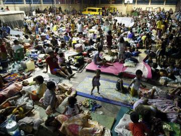 Evacuados por el tifón Hagupit en Filipinas