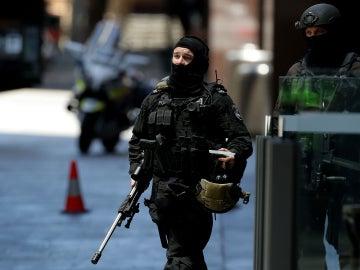 Dos agentes de la Policía australiana, durante el secuestro