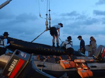 Operación de rescate de los restos del avión de AirAsia siniestrado.