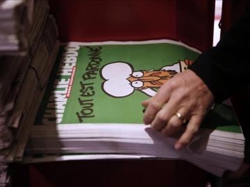 La nueva edición del semanario satírico Charlie Hebdo, puesto a la venta