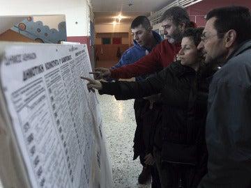 Cierran los colegios en la decisiva jornada electoral de Grecia