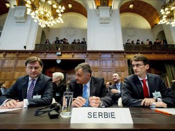 Dirigentes serbios en la Corte Internacional de Justicia (CIJ) en La Haya (Holanda),