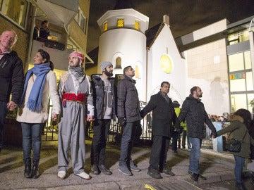 Judíos y musulmanes unen sus manos en un 'anillo de la paz' alrededor de la sinagoga de Oslo