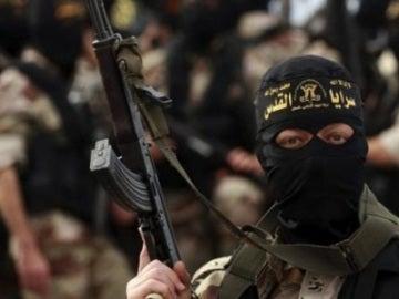 Un combatiente yihadista alza su arma.