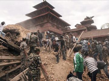 Un grupo de personas busca supervivientes entre los escombros