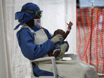 Imagen de una mujer y un bebé durante la epidemia de ébola en África