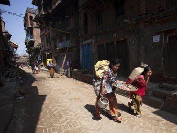 Supervivientes recuperan sus pertenencias tras el nuevo terremoto