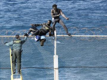 Dos inmigrantes intentan saltar la valla de Ceuta frente a un guardia civil