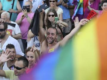 Participantes en el tradicional desfile del Orgullo Gay durante el recorrido por las calles de Madrid.