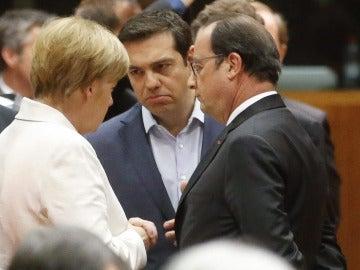 Alexis Tsipras habla con Hollande y Merkel
