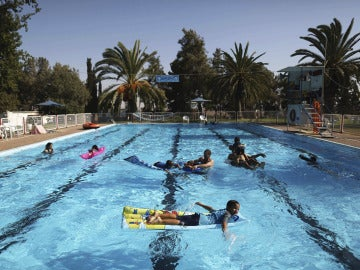 Varios niños disfrutando de un día en la piscina (Archivo)