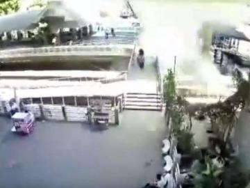 Momento en el que explota la bomba en el canal de agua