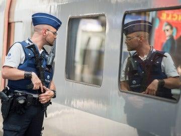 Personal de seguridad inspeccionando un tren