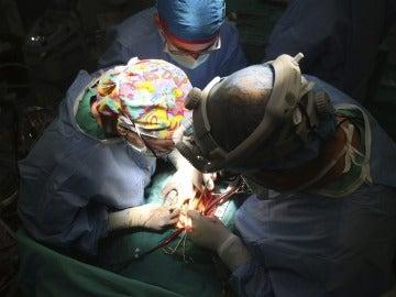 Imagen de un quirófano durante un trasplante de corazón