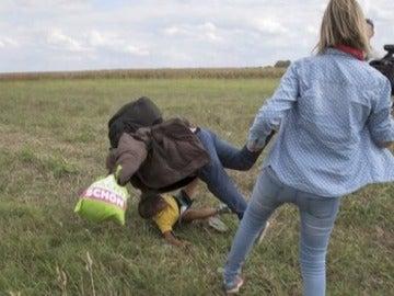 Hungría imputa a la cámara que zancadilleó a refugiados