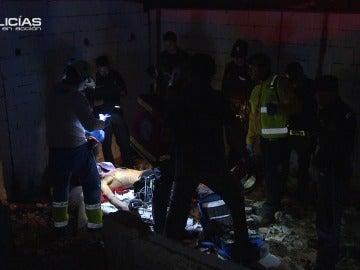 Los servicios sanitarios y la Policía atienden a un joven inconsciente
