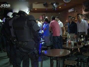 Los 'Policías en acción' registran con minuciosidad una discotecaLos 'Policías en acción' registran con minuciosidad una discoteca