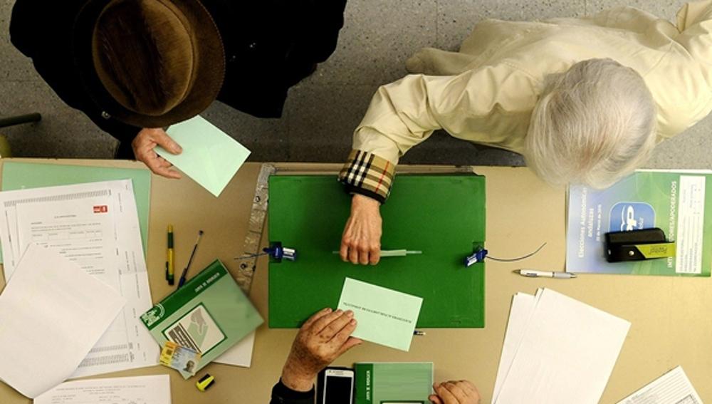Dos personas ejercen su derecho a voto (Archivo)