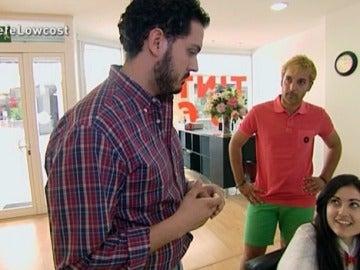 Jorge, uno de los franquiciados, habla con una clienta