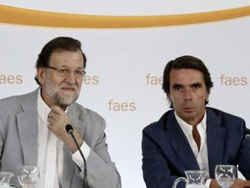 Rajoy y Aznar, juntos en un acto de Faes