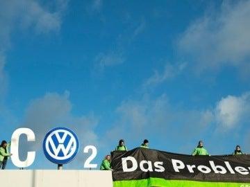 Activistas de Greenpeace cambian el logo de Volkswagen