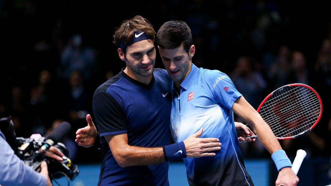 Roger Federer es felicitado por Djokovic tras la victoria