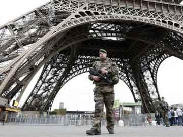 Un militar bajo la torre Eiffel, en París